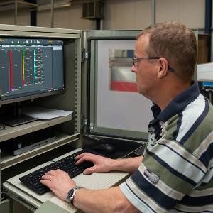 Man achter een scherm om data te analyseren